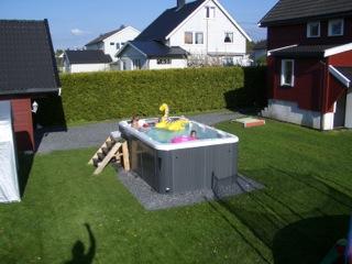 Frittstående basseng i hagen